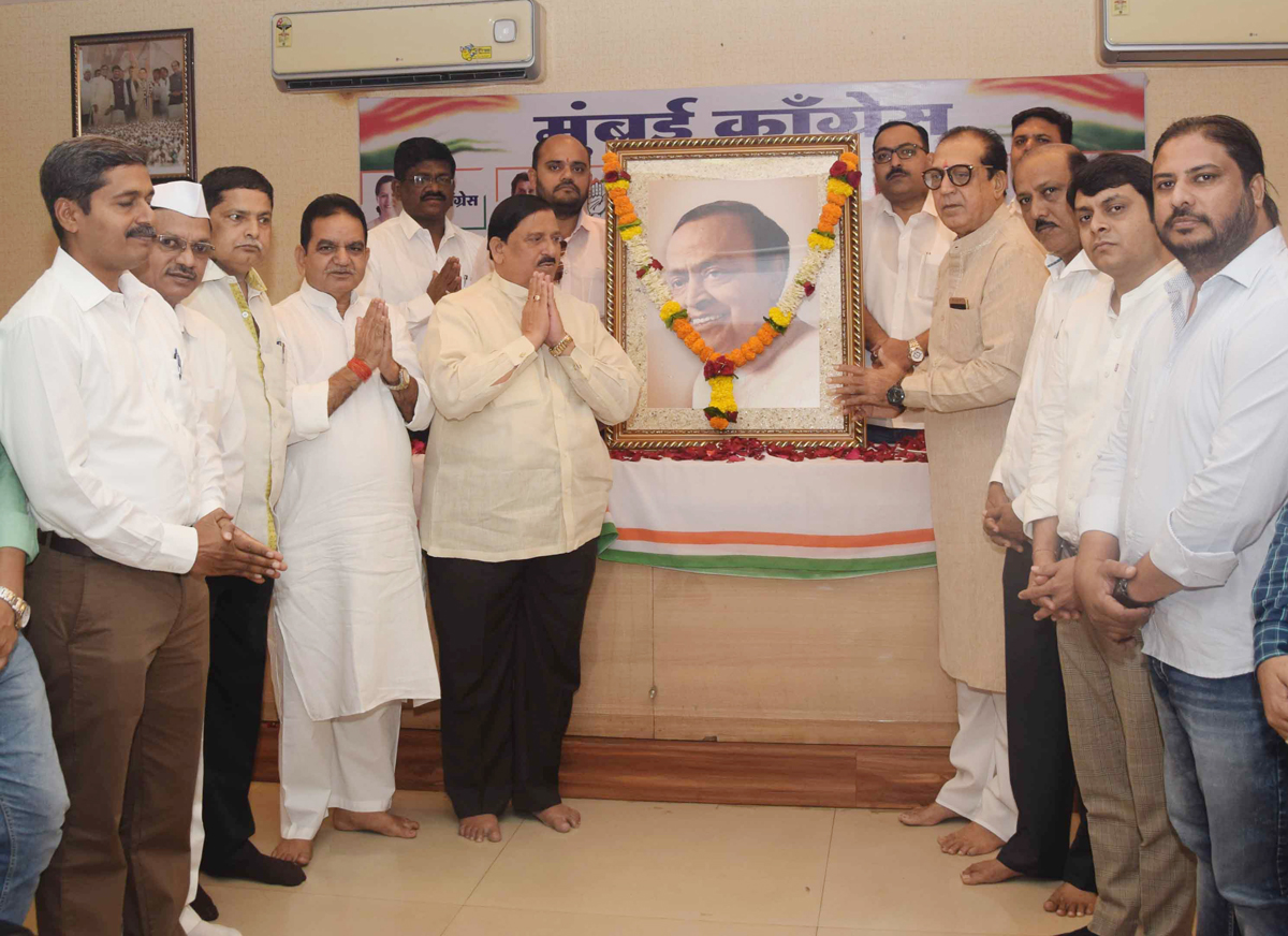 Mumbai Congress Paying Tribute to Former MRCC President Murli Bhai Deora on his Jayanti at Rajiv Gandhi Bhavan.