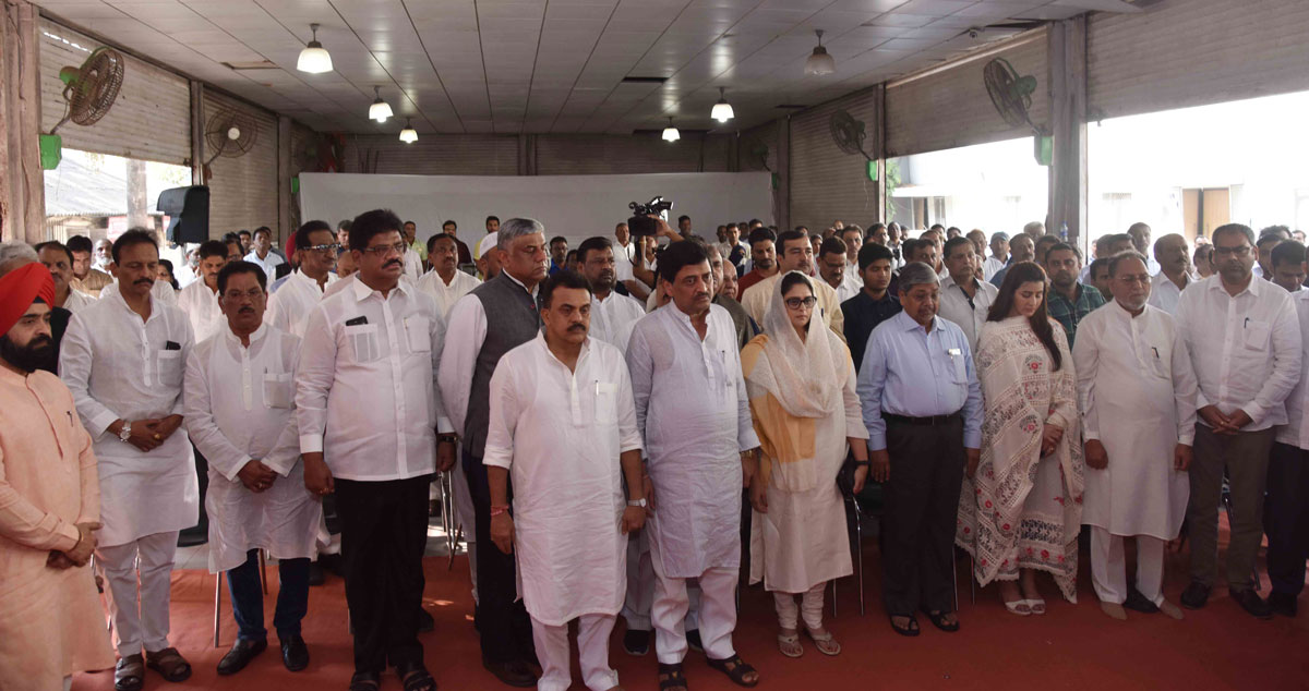 Congress Leaders Paid Homage to the CRPF Jawans in the cowardly terror attack in J&K Pulwama at Rajiv Gandhi Bhavan Azad Maidan.