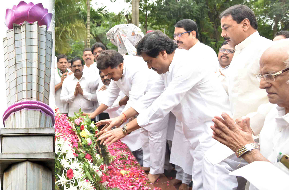Leader's Paying Homage to Krantiveer's on Occasion of Kranti Din at August Kranti Maidan Gawalia Tank.