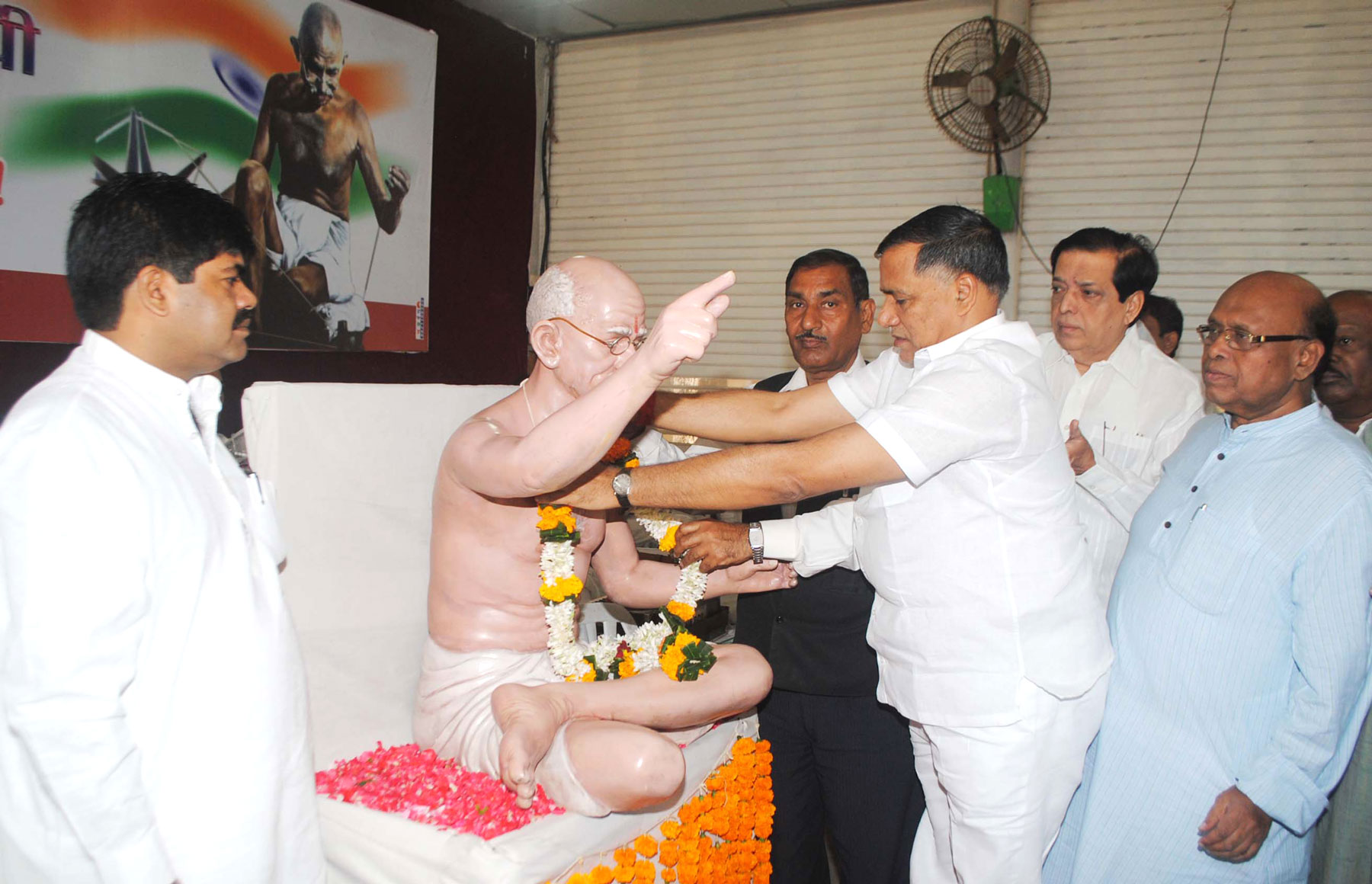 MUMBAI CONGRESS PRESIDENT KRIPASHANKAR SINGH PAYING TRIBUTE TO FATHER OF NATION MAHATMA GANDHI ON HIS DEATH ANNIVERSARY.