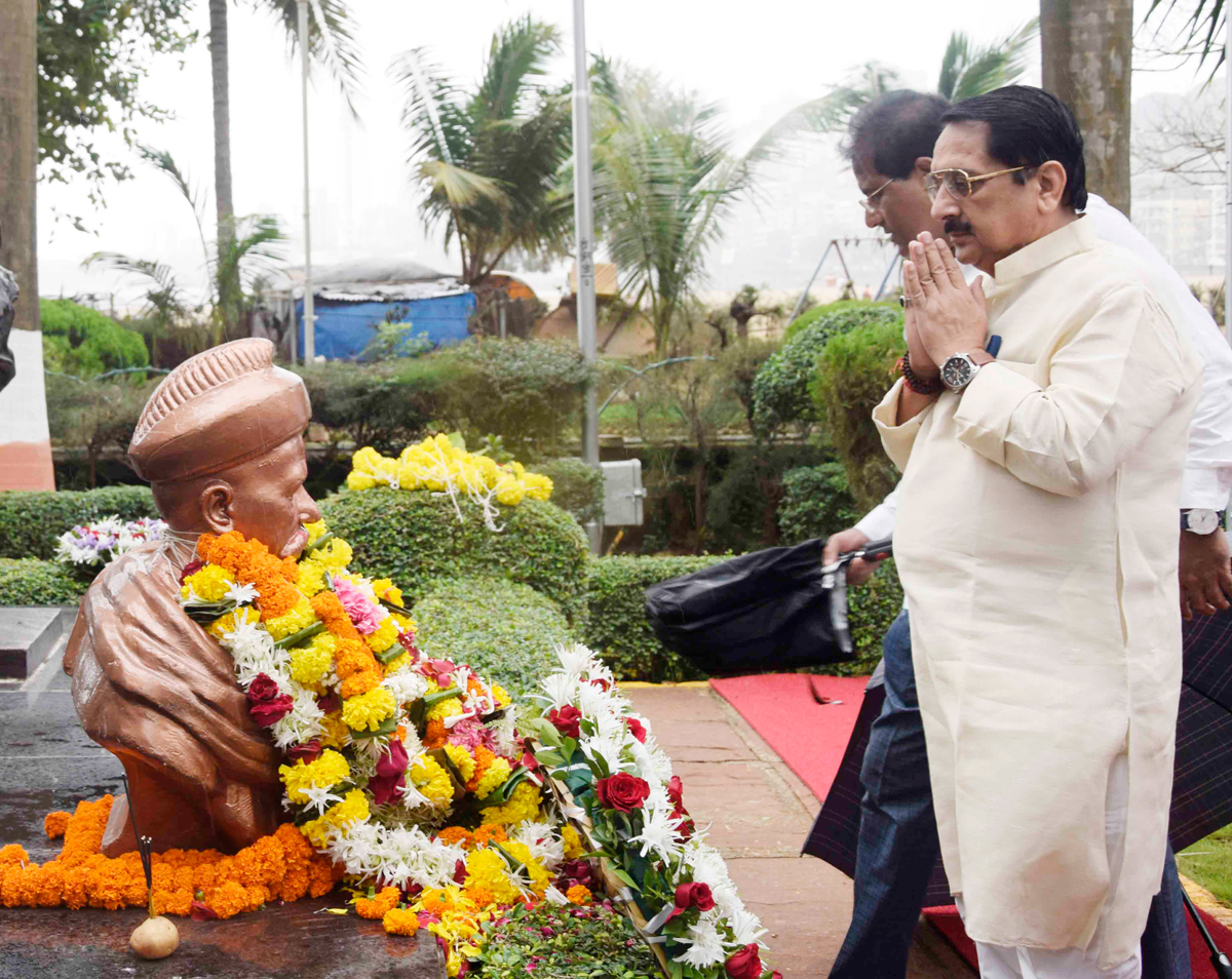 BJP MLA Raj k.Purohit  Paying Tribute to Lokmanya Tilak at Girgaon Chowpatty on his Death Anniversary.