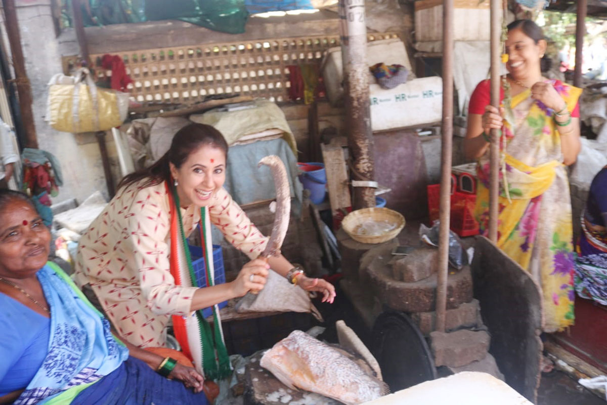 Mumbai North LS Congress-NCP Candidate Urmila Matondkar in Fish Market during her Election Campaign at Borivali.
