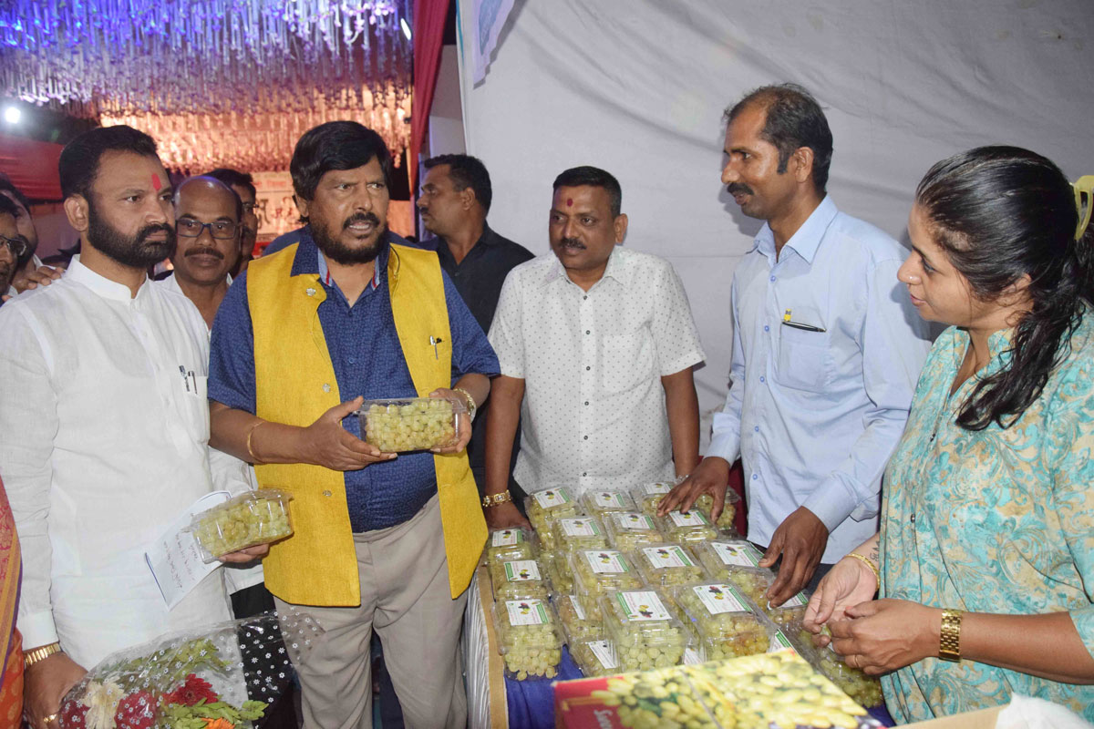 Mos Ramdas Athawale vist Exhibition at Ghatkopar.