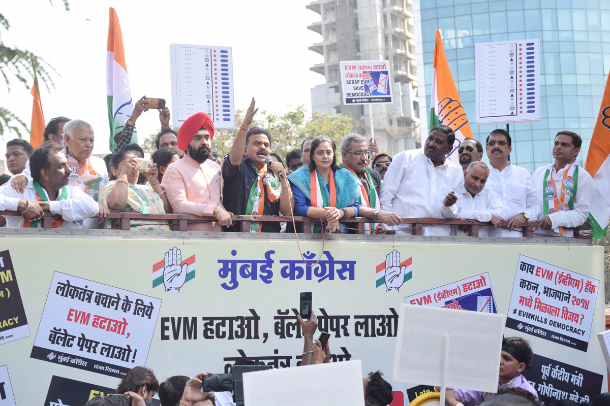 Mumbai Congress, under the leadership of Sanjay Nirupam carried out a protest outside the Collector's office in Bandra.