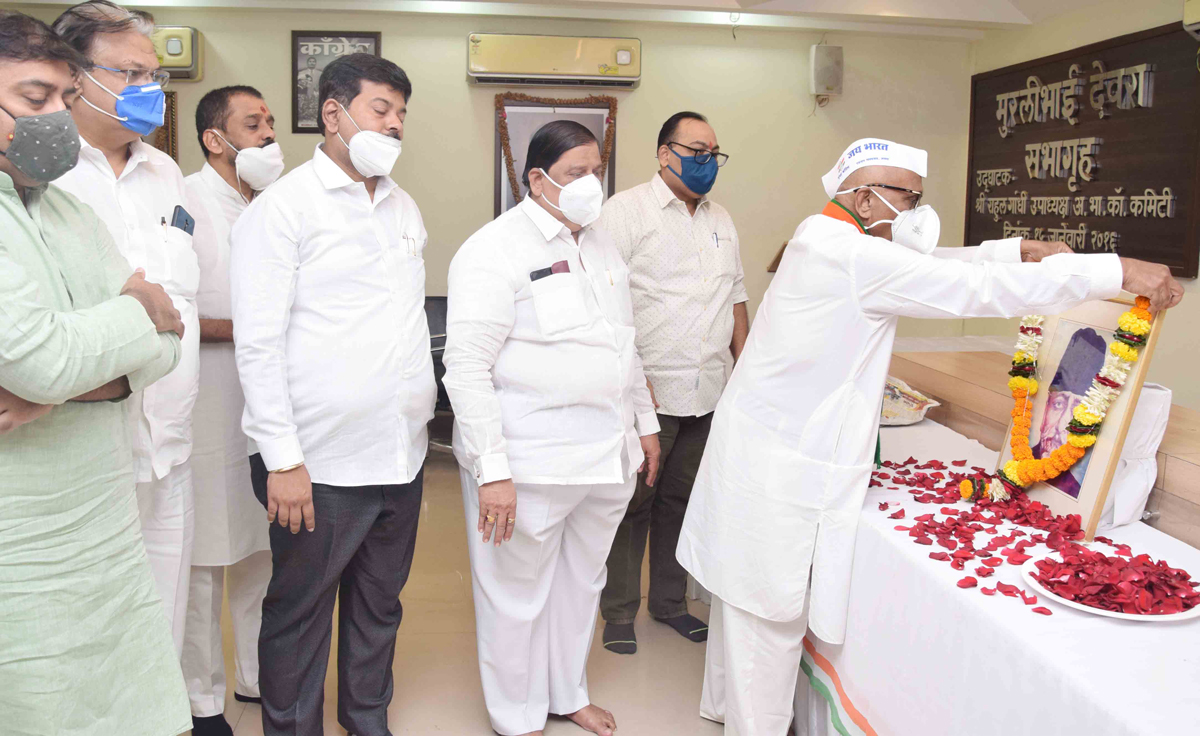 Congress Leaders Paid tribute to Maulana Abul Kalam Azad on his Birth Anniversary at Mumbai Congress Office.