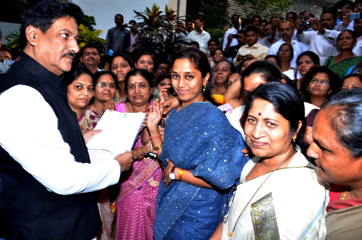MP.SUPRIYA SULE WITH DELAGATES MEETS CHIEF MINISTER PRITHVIRAJ CHAVAN AT Y.B.CHAVAN.